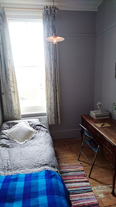 The single room, with sea view and desk