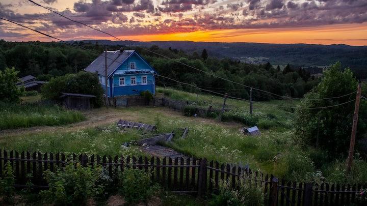 Русская изба на вершине горы... с прекрасным видом