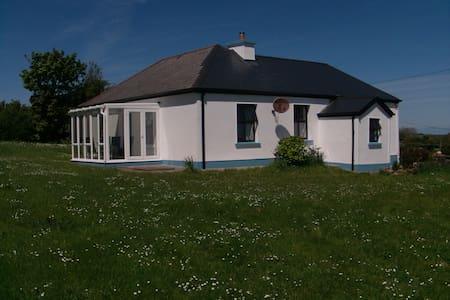 Ehemaliges Bauerhaus in der Killala Bay, Meerblick - Rumah