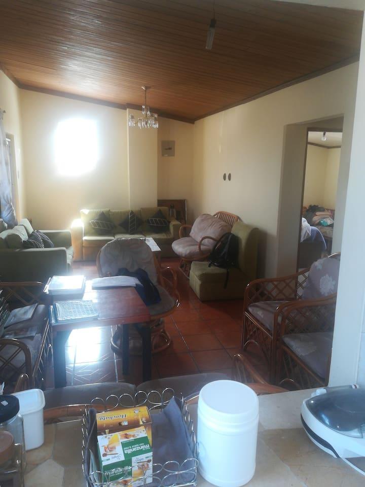 Sala de estar y a la derecha habitación