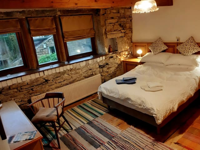 Weaver's cottage near rail station: Master bedroom