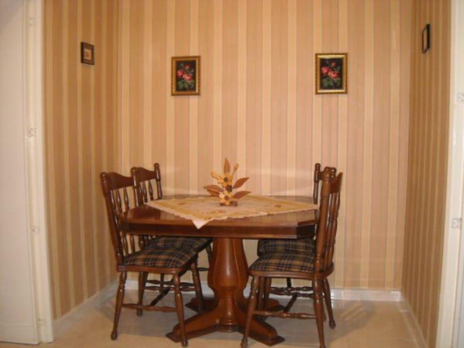 tavolo con sedie per pranzare