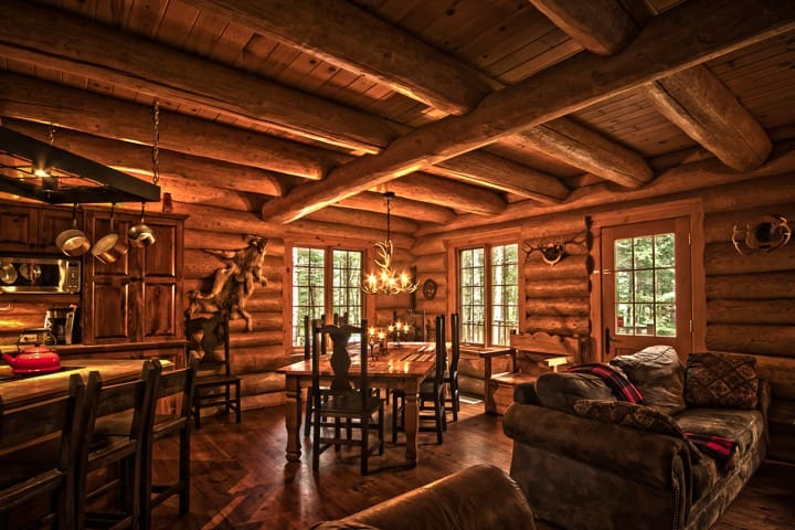 Mont Tremblant log house with hot tub