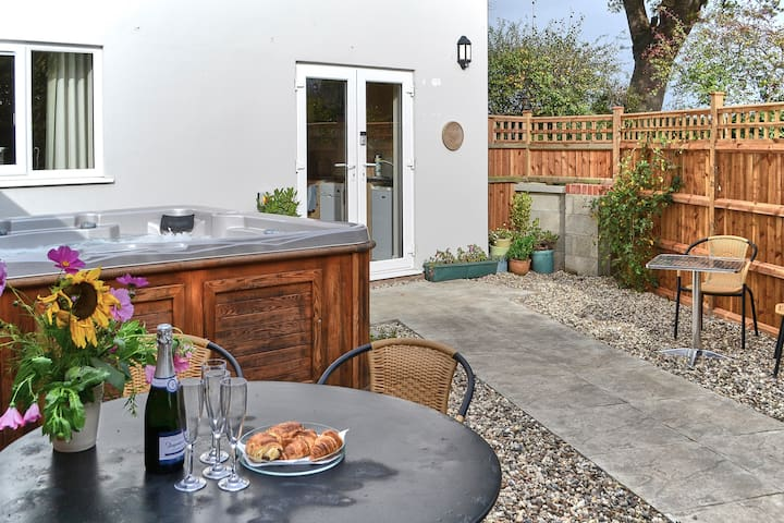 Farthing Cottage - 2 en-suites and a Hot Tub