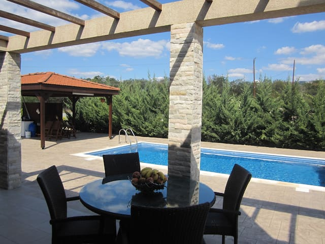 Villa with Private Pool - Monagroulli - Dom