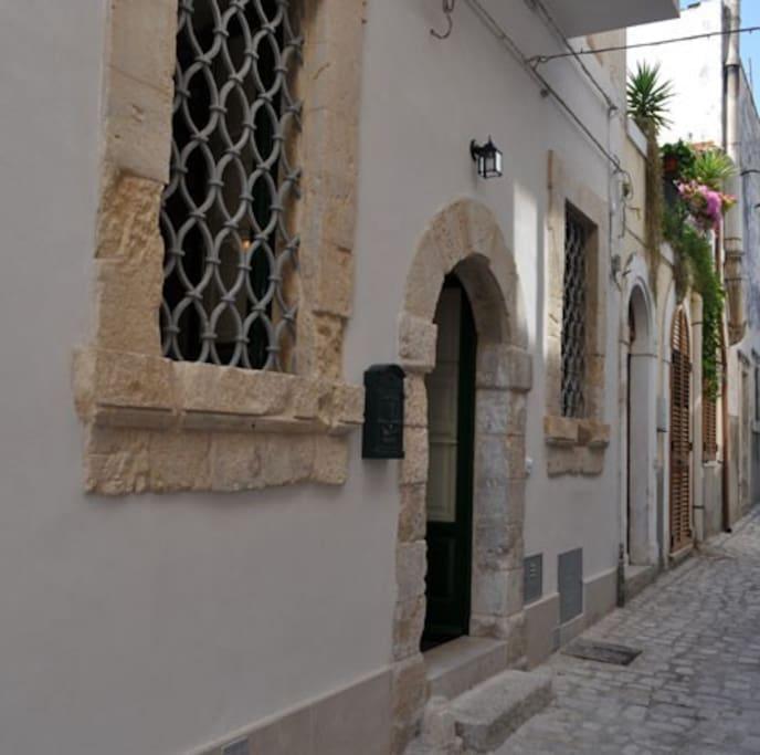 portico antico e stradina tranquilla