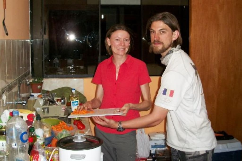 Our first guests from Aus and Fr enjoy preparing stir-fry to share.