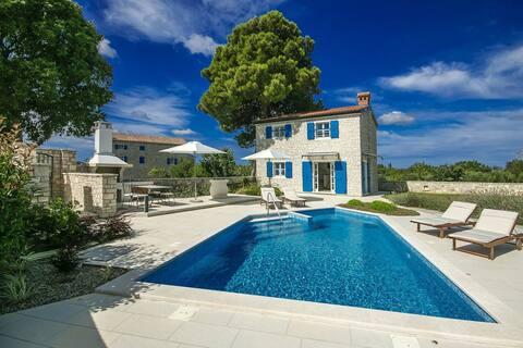 Beautiful Villa Lenka with pool and massage corner