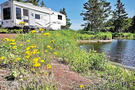 Camping car en montagne près du lac.