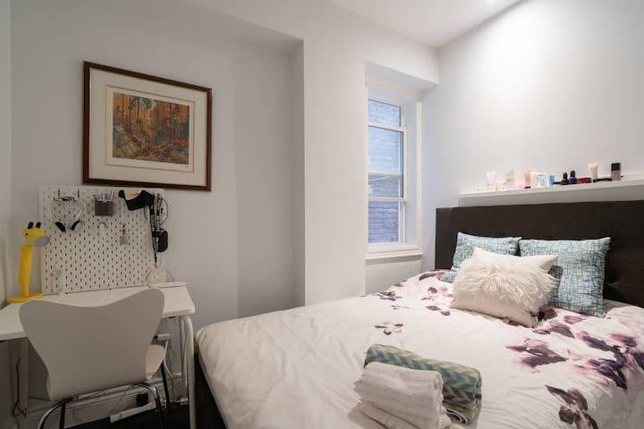 Midtown Toronto Private Bedroom w/ Queen Size Bed