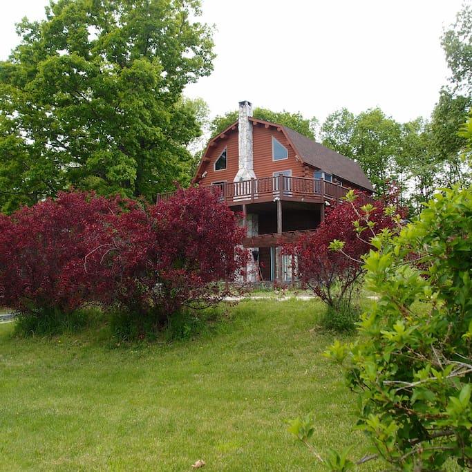 Log cabin on a tranquil hillside cabins for rent in for Hudson log