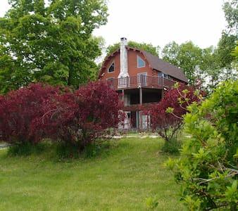 Log cabin on a tranquil hillside - ฮัดสัน