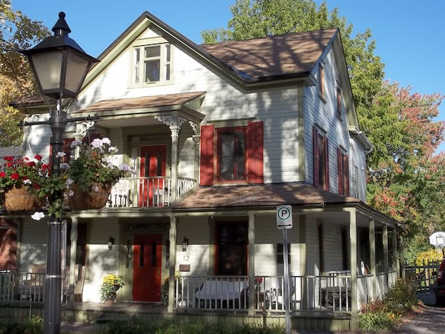 Gorgeous 1847 home, Park Room, walk to restaurants