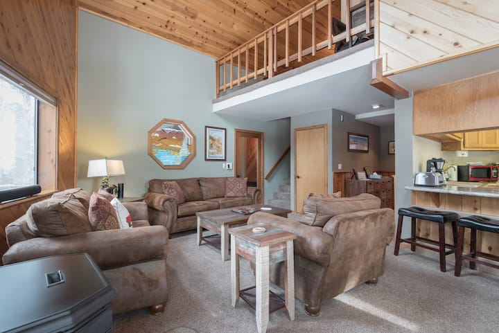 Traditional 3 bdrm cabin | Game room | Backyard