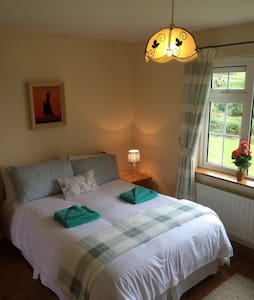 Cosy ,Compact,  Countryside Apt 6 KLM  from DINGLE - Wohnung