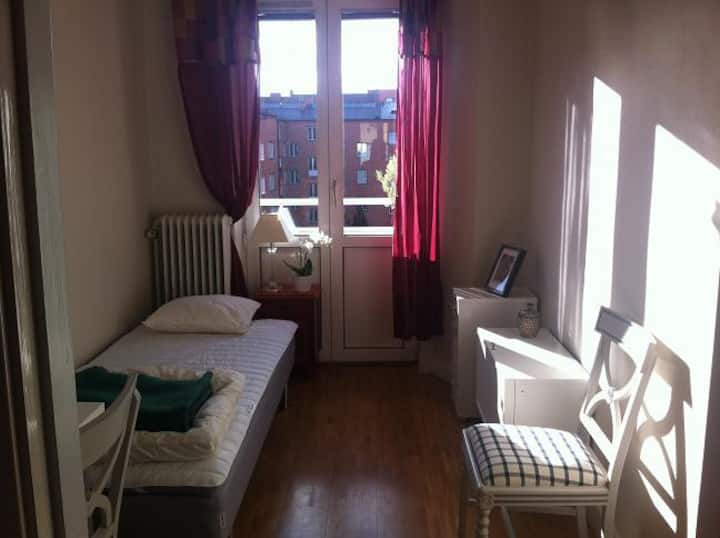 Central cosy B&B for women w balcony and breakfast