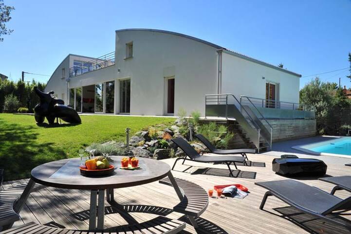 Vaste villa contemporaine en centre ville