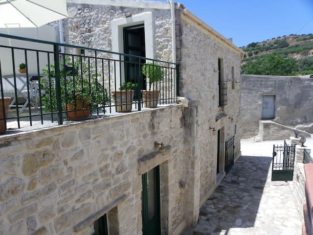 Traditional house in the village! - Roufas - Townhouse
