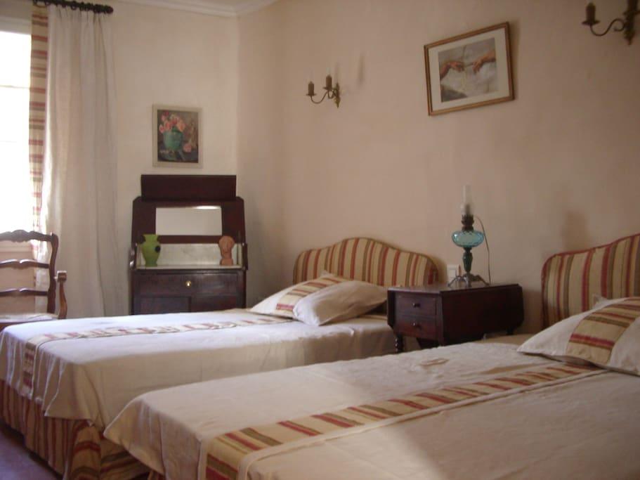 l'autre chambre double à 2 lits peut recevoir 2 adultes ou 3 enfants