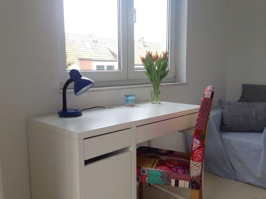 Schlafzimmer 1, Schreibtisch mit Sitzgelegenheit
