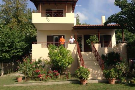 Εξοχικη μονοκατοικια με κηπο - House