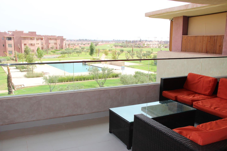 Balcon de 26 m² équipé d'un salon de jardin