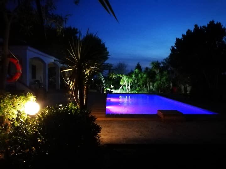 Villa con piscina e pineta privata a 100 mt  mare