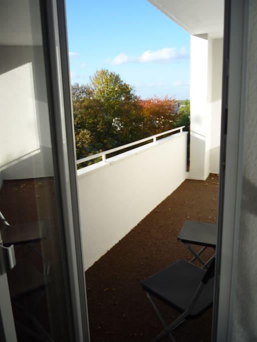 Und es hat einen eigenen Zugang zum Balkon.