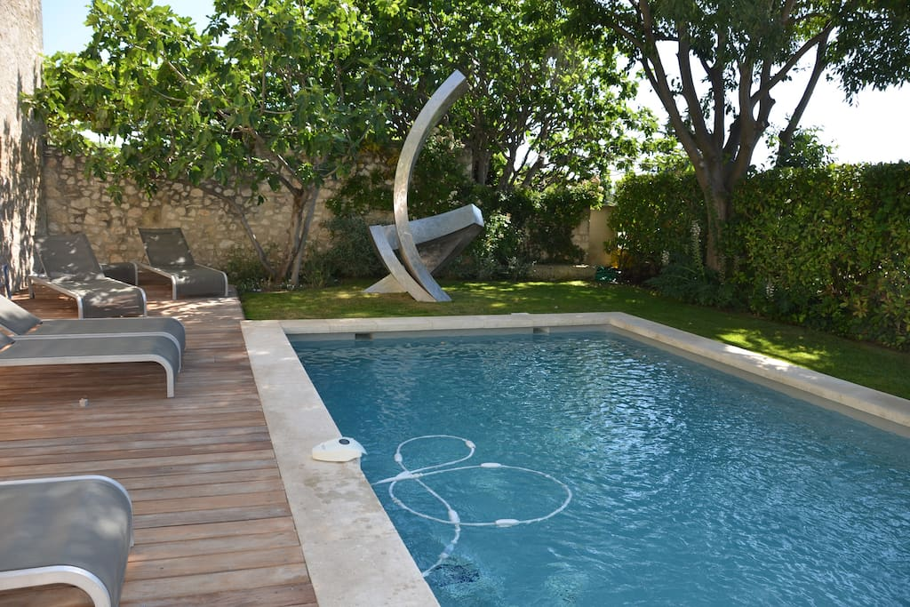 La piscine et ses confortables chaises longues - The swimming-pool and the comfortable loungers