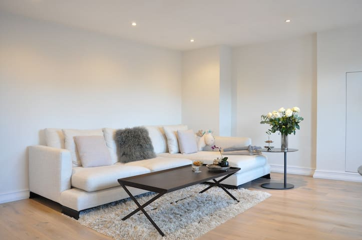 Stunning 2 Bed 2 Storey Flat in Perfect Location
