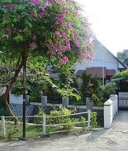 Kampoong Homestay 1 - Malang - Bed & Breakfast