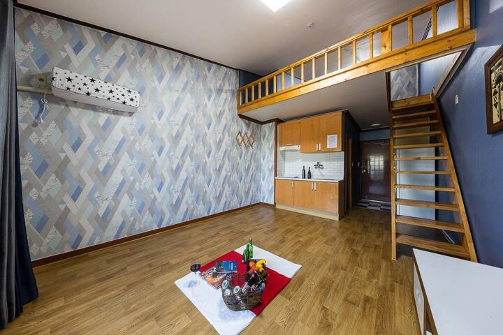 따뜻한 원목과 코발트 블루의 원룸형 객실-305호