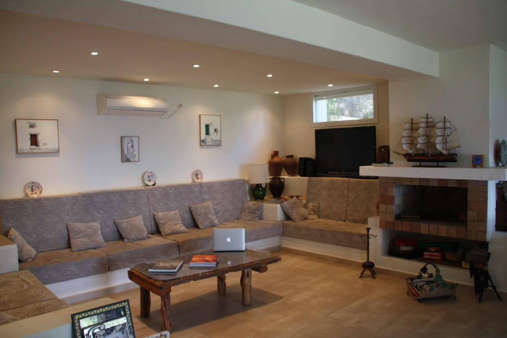 Latest Audio/Video system, large living room, covered and sunny terraces!