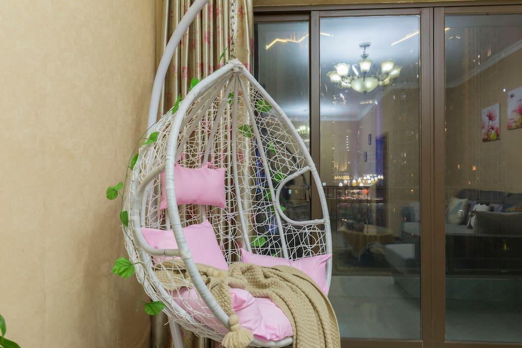 在客厅新配的休闲吊篮