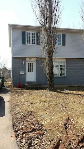 Sunny Duplex perfect for Families or Students - Charlottetown - Apartment