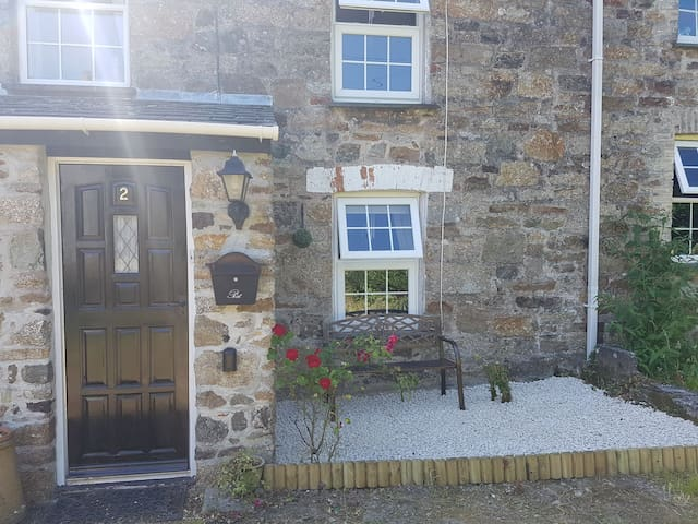 Cosy cottage in great Cornish village