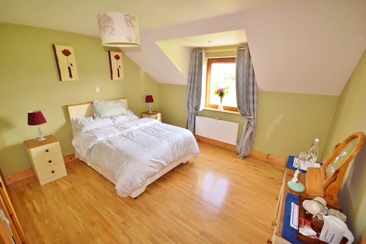 1 double room (4 bedrooms onsite)