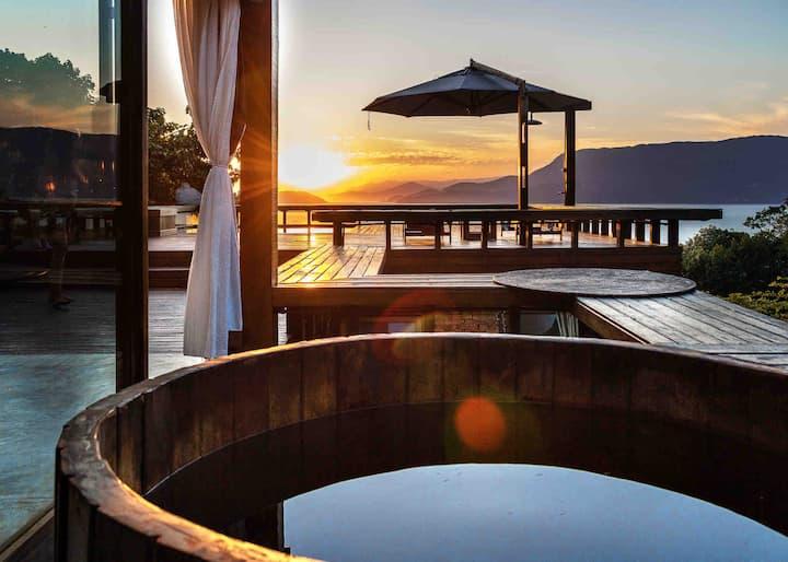 Casa de vidro: casa com piscina e vista magnífica