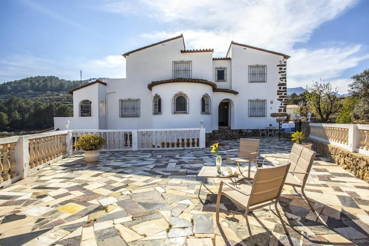 LULA - Villa for 8 people in te midst of nature with sea views