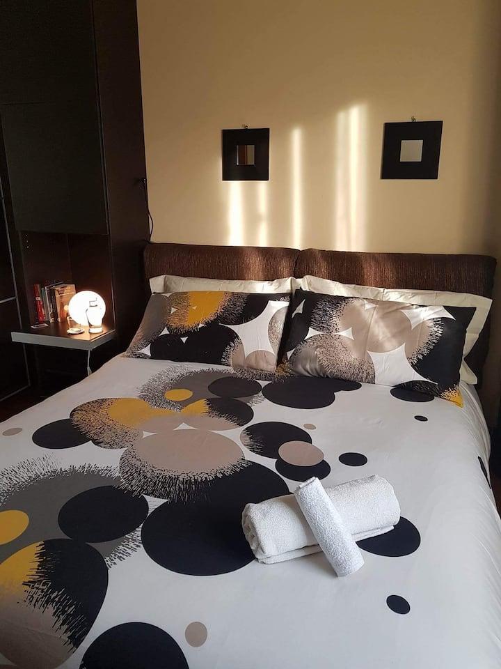 Confortevole camera moderna con cielo stellato