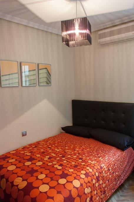 Acogedora habitación con cama de matrimonio
