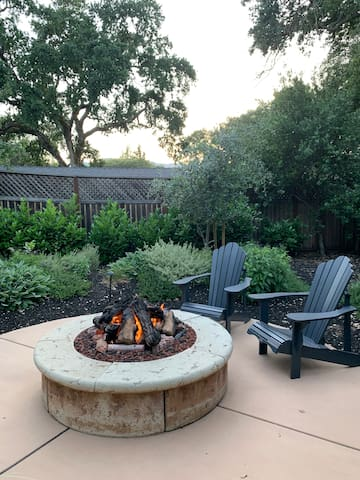 A Sonoma Garden Retreat with hot tub and fire pit