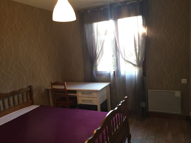 chambre meublée maison en banlieue 3 nuits minimun - Saint-André-de-Cubzac - Hus