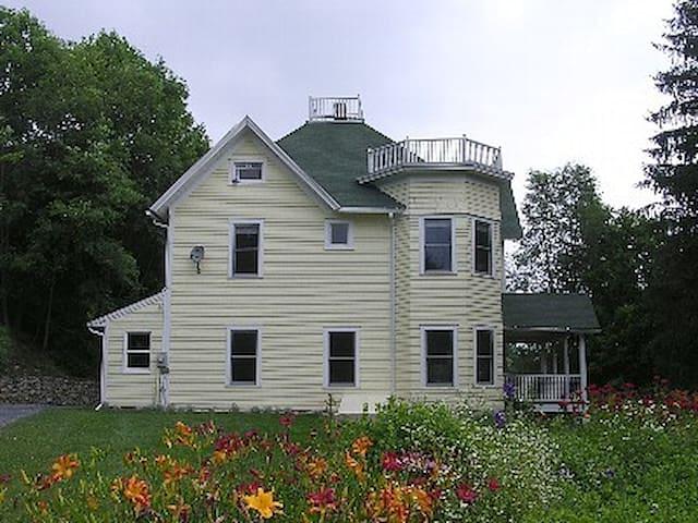 Breezy Hill Farmhouse, Fleischmanns