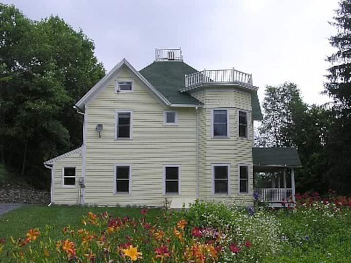 Cozy Farmhouse close to skiing, &  restaurants