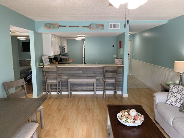 NEWLY Remodeled Cozy Family Friendly Beach Condo