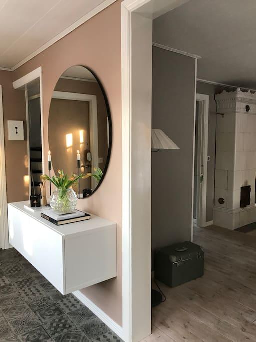 Hall med anslutning till övervåning med sovrum och badrum samt kök och matsal på nedre plan
