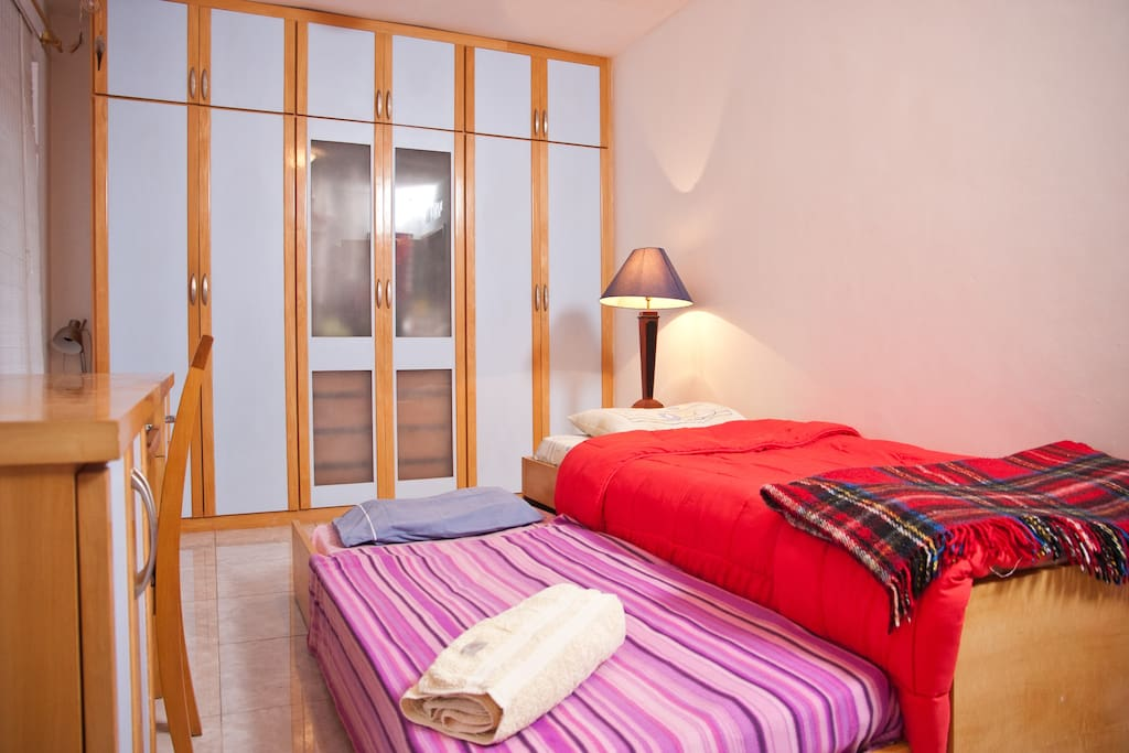 Quarto Duplo com Camas de Solteiro / Double Bedroom with Shared Bathroom