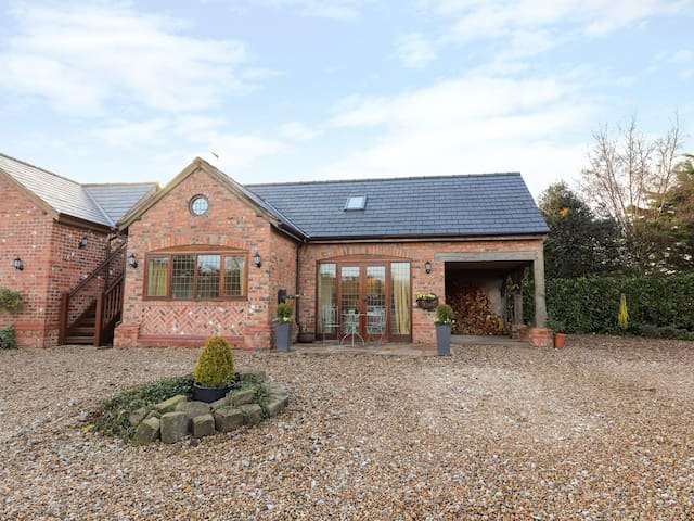 HONEYPOT COTTAGE, family friendly in Tarporley, Ref 992486