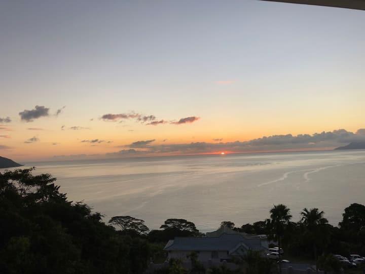 Spacious top Floor apt (2 guests) - Ocean view